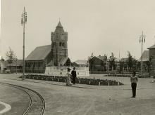 In het Moderne Dorp van de wereldtentoonstelling staat de school rechts van de kerk en tegenover het gemeentehuis