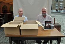 De dozen gaan open, en de nieuwe publicatie wordt voorgesteld en aangeboden...