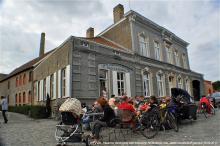 Het publiek komt toe, voorbijgangers blijven plakken - voor het museum De Snoek en zijn herberg