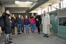 Groep Duitse studenten bezoekt vlasroterij in het kader van educatief industrieel erfgoedtoerisme